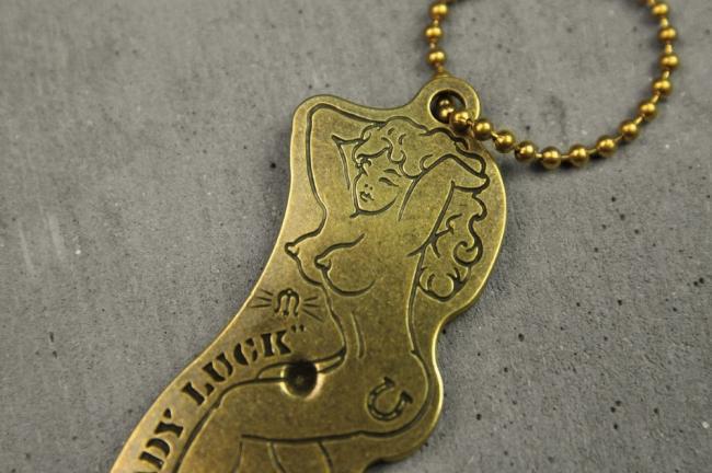 【Metalize Productions】Lady Luck 黃銅裸女開瓶器吊飾+精美禮盒 - 「Webike-摩托百貨」